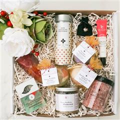 Holiday Lux Spa gift basket that contains a Dead Sea Bath Salt, Pearl Ring Soap, Coffee Bean Eye cream, Cranberry Vanilla Peach Dead Sea Bath Salt, Dark Chocolate Peppermint Tea,Merry Mistletoe Sugar Scrub ,Rose Gold Charm Unicorn,Allure Spa Princess Ring Bath Bomb, Merry Mistletoe Bath Bomb