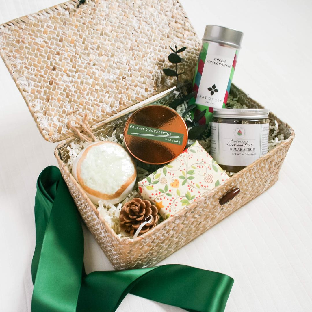 The Pamper Winter Green Gift Box comes with everything she needs to relax and enjoy some me time. Pamper Winter Green Gift Box Includes: Balsam and Eucalyptus Soy Candle,Organic Sugar Scrub, Handmade Soap, Ring Bath Bomb, Art of Tea Loose Tea, White Wash Keepsake Box, Greeting Card, Satin Ribbon